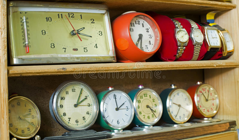 Vecchi orologi su uno scaffale fotografie stock