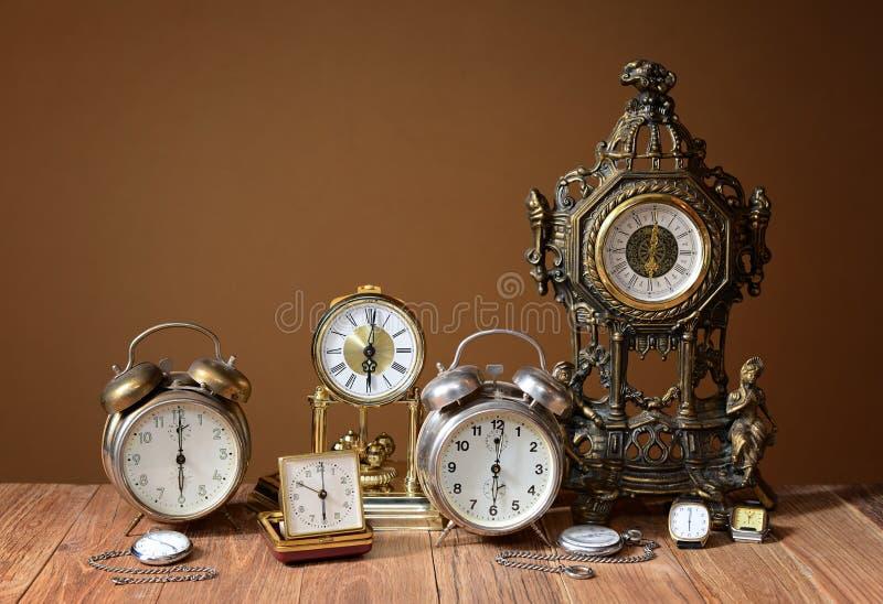 Vecchi orologi, sveglie ed orologi tenuti in mano fotografia stock libera da diritti