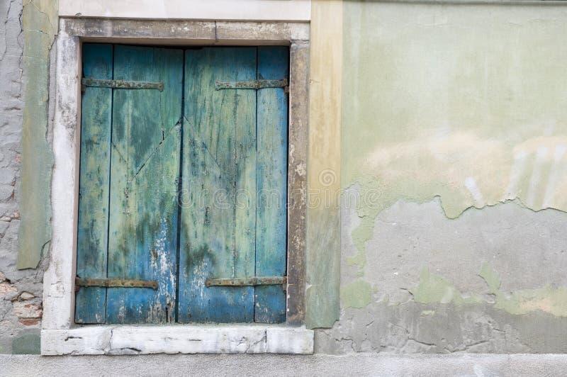 Vecchi otturatori di legno blu fotografia stock libera da diritti