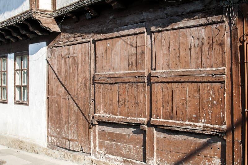 Vecchi otturatori di legno stagionati della finestra immagine stock libera da diritti