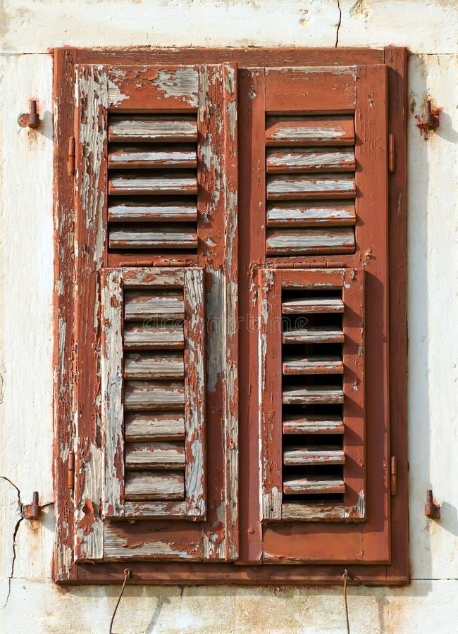 Vecchi otturatori incrinati della finestra immagine stock