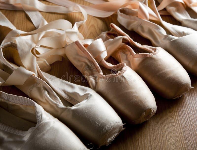 Vecchi pattini o pistoni di balletto immagini stock