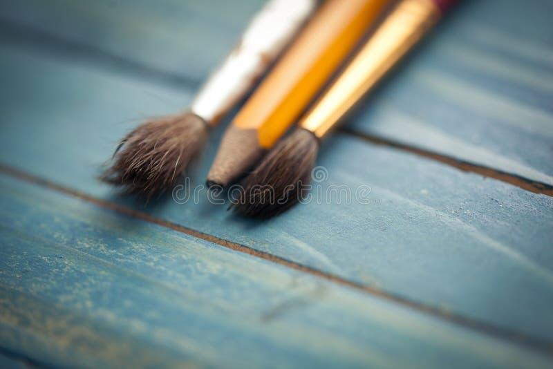 Vecchi pennelli Strumenti di disegno Pittura e matita fotografie stock libere da diritti