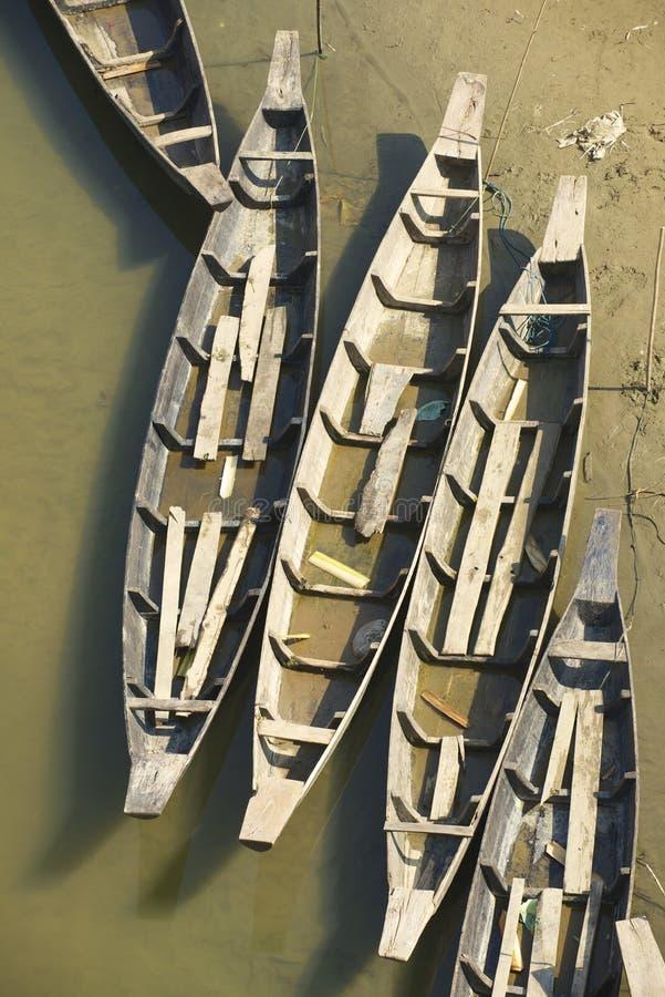 Vecchi pescherecci alla sponda del fiume in Bandarban, Bangladesh immagini stock libere da diritti
