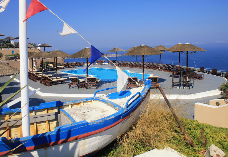 Vecchi peschereccio, letti del sole e stagno sul terrazzo sopra Mediterranea fotografie stock