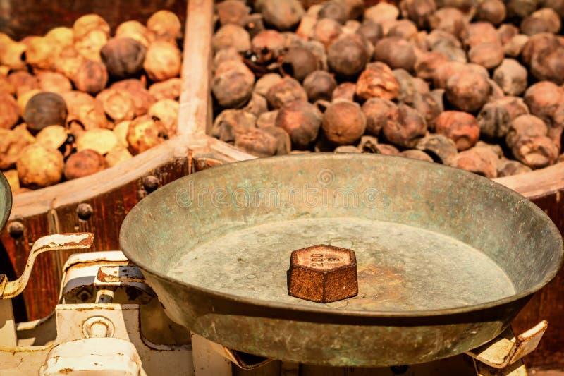 Download Vecchi Pesi Del Ferro Del Mercato Sulla Scala, Dubai Immagine Stock - Immagine di arancione, vecchio: 56890739