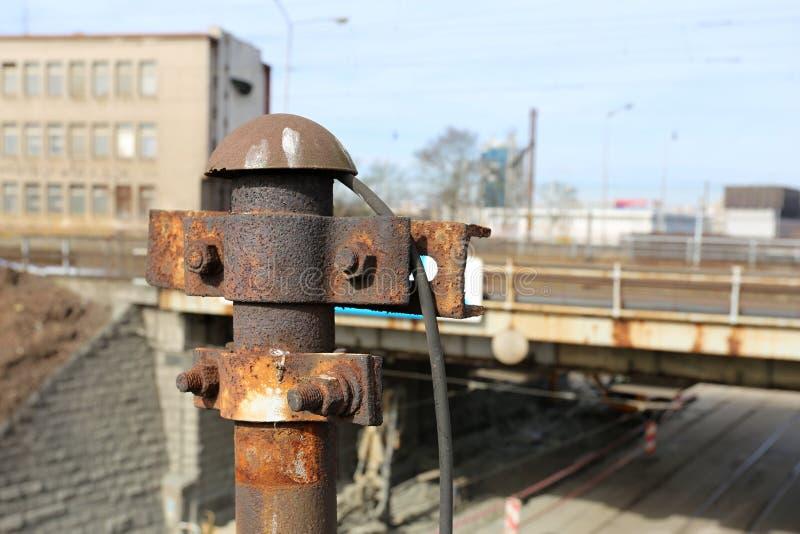 Vecchi piloni inutilizzati arrugginiti di elettricità immagini stock libere da diritti