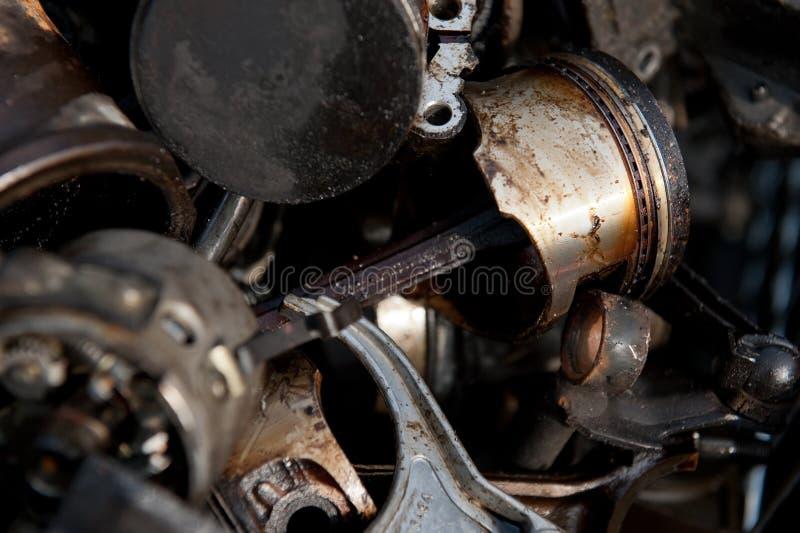 Vecchi pistoni dal motore sull'iarda del residuo fotografia stock libera da diritti