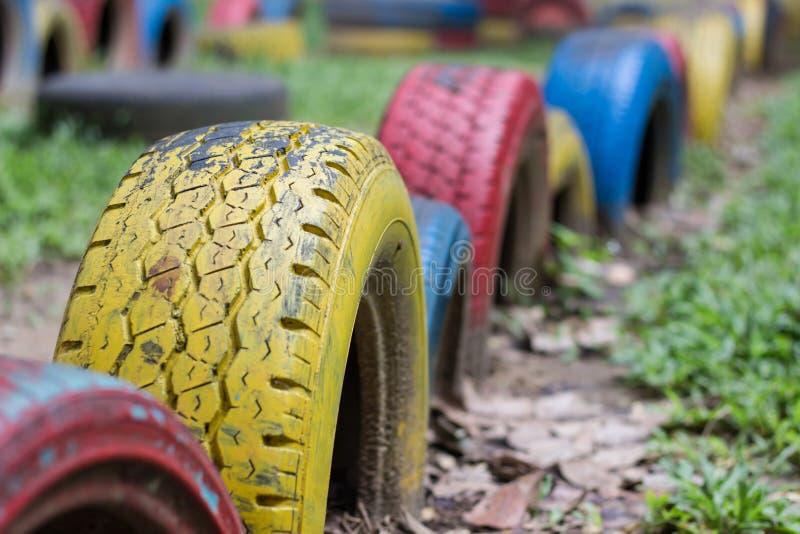 Vecchi pneumatici di riutilizzazione per il campo da giuoco immagine stock