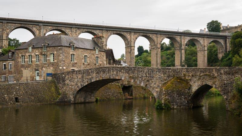 Vecchi ponti di pietra in Dinan un giorno nuvoloso di estate immagine stock libera da diritti