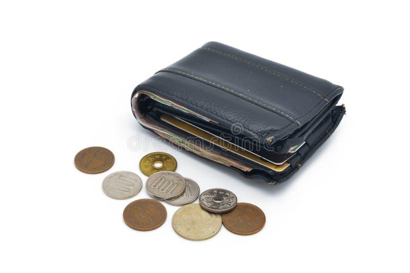 Vecchi portafoglio e monete di cuoio utilizzati isolati immagine stock