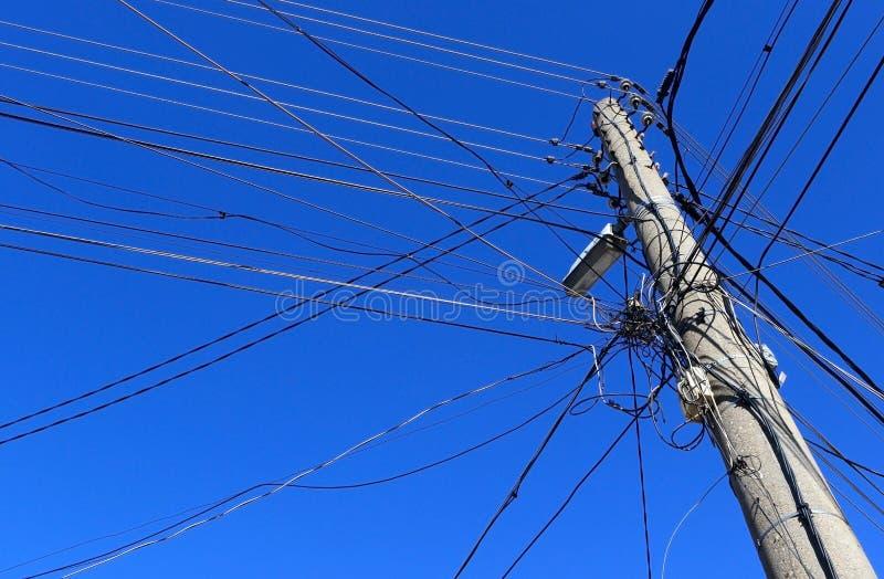 Vecchi powerlines di legno elettrici con cielo blu l'11 febbraio 2015 immagine stock libera da diritti