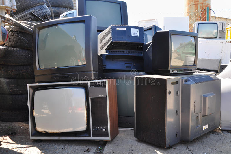 Vecchi rifiuti elettronici della TV fotografia stock