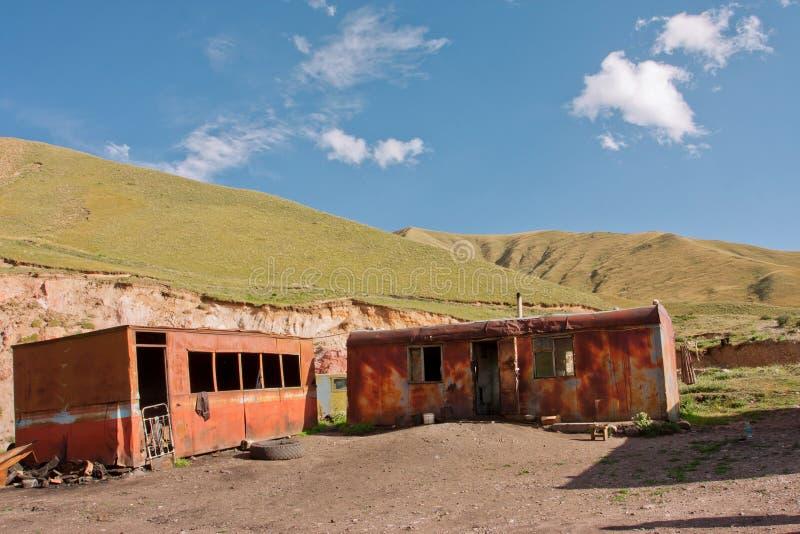 Vecchi rimorchi arrugginiti dei lavoratori carbonieri nelle montagne immagine stock libera da diritti