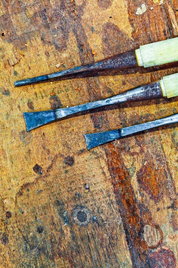 Vecchi scalpelli in banco da lavoro fotografie stock