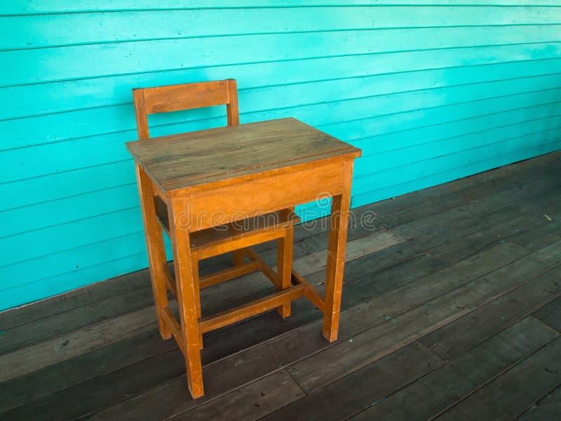 Vecchi scrittorio e presidenza di legno sul pavimento di legno fotografie stock