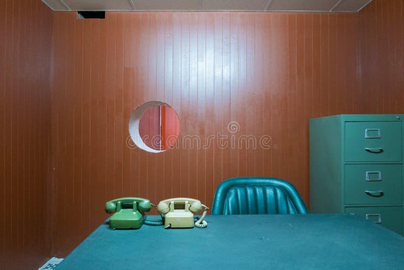 Vecchi scrittorio e sedia in piccolo ufficio con i telefoni rotatori d'annata, S fotografia stock libera da diritti