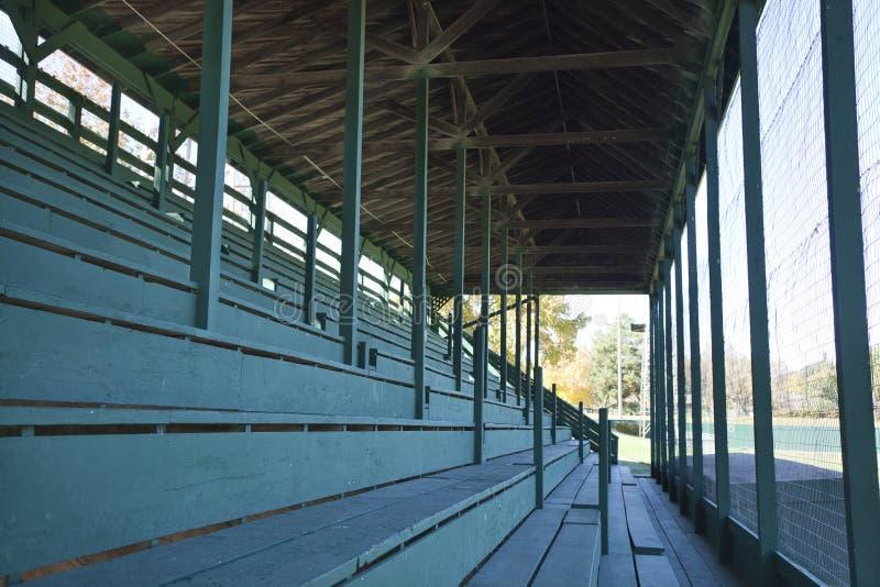 Vecchi sedili del bleacher dello stadio di baseball fotografia stock libera da diritti