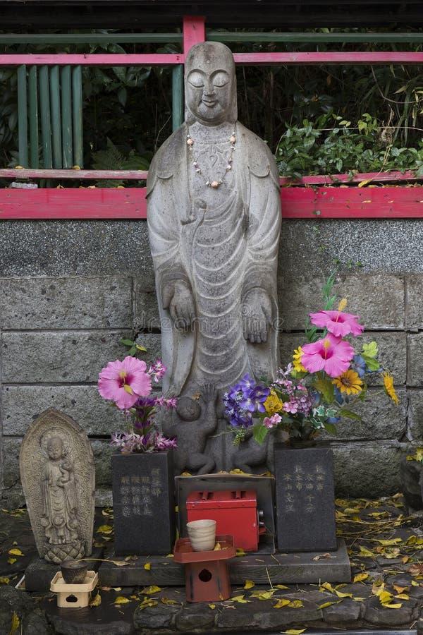 Vecchi statua e santuario di pietra al santuario di Inari di jo di Kumamoto in autunno fotografia stock