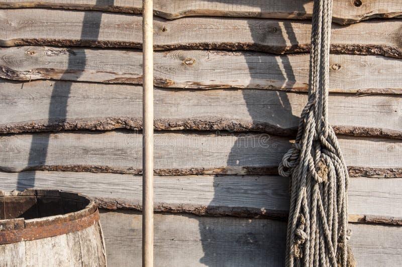 Vecchi strumenti agricoli di legno nel paese fotografia stock