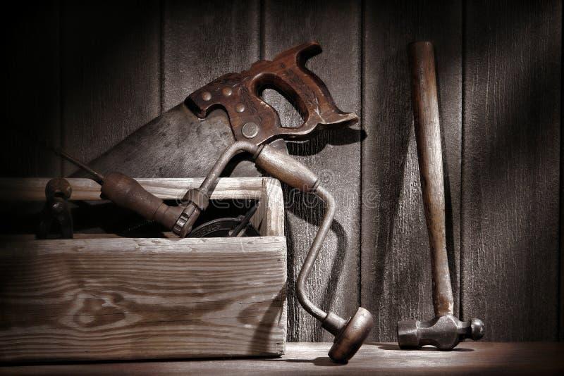 Vecchi strumenti antichi nel gruppo di lavoro di carpenteria dell'annata fotografia stock libera da diritti