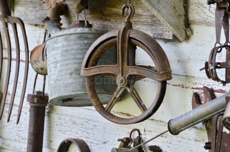Vecchi strumenti che appendono su una parete immagini stock libere da diritti