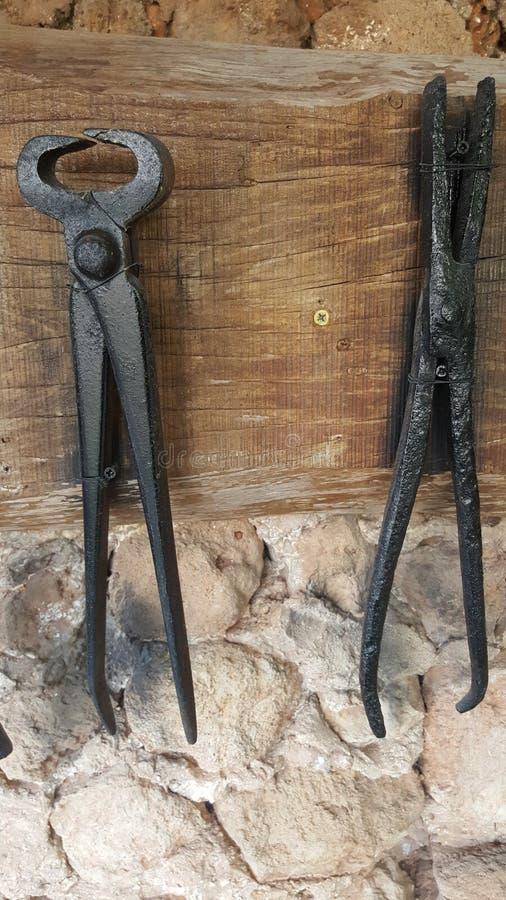 Vecchi strumenti del fabbro del ferro immagine stock