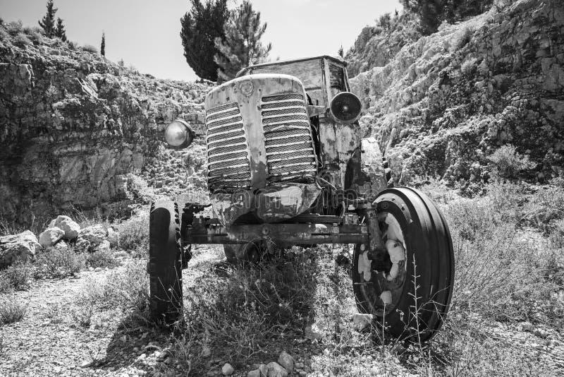Vecchi supporti arrugginiti abbandonati del trattore fotografia stock libera da diritti