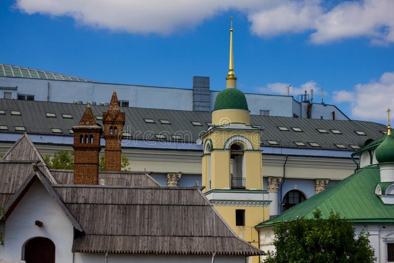 Vecchi tetti di legno delle costruzioni a Mosca Posti storici in Russia Costruzioni di legno nella città moderna fotografia stock libera da diritti