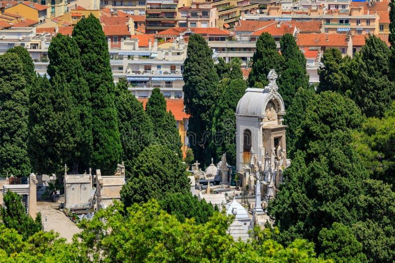 Vecchi tetti di mattonelle in Città Vecchia Vieille Ville e tombe al cimitero sulla collina del castello Nizza in Riviera frances fotografie stock libere da diritti