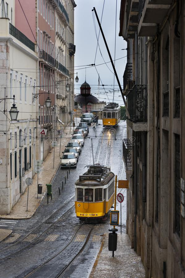 Vecchi tram in una via della vicinanza di Chiado nella città di Lisbona, Portogallo; immagine stock libera da diritti