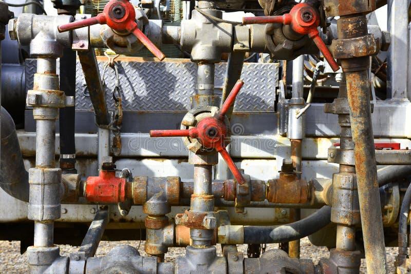 Vecchi tubi arrugginiti e valvole di sicurezza variopinte immagine stock