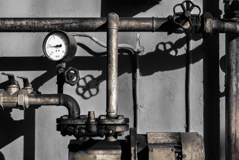 Vecchi tubi dell'idraulico con un metro della barra fotografia stock