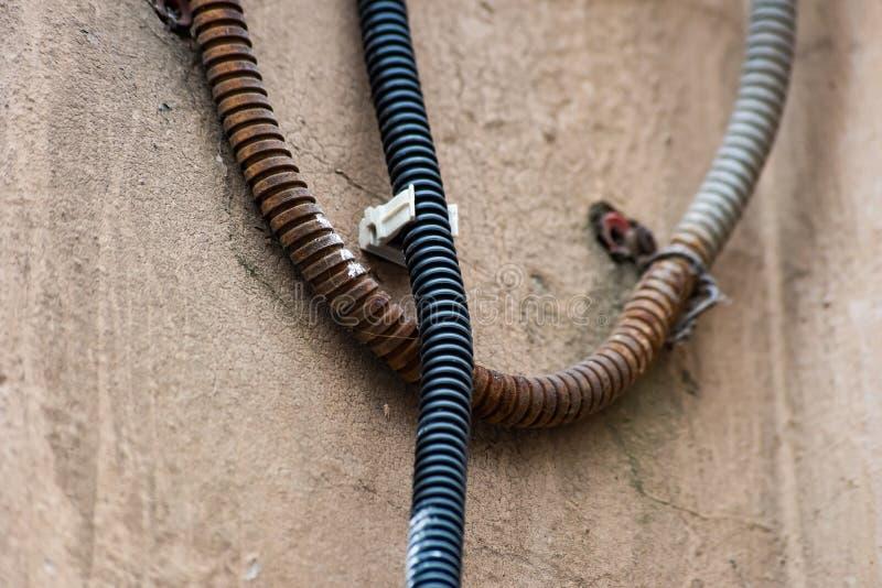 Vecchi tubi flessibili ondulati allegati alla parete fotografia stock