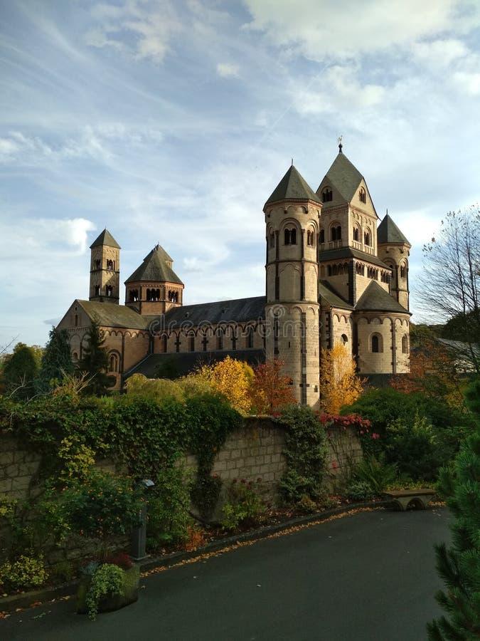 Vecchia abbazia medievale del benedettino in Maria Laach, Germania, nel 1093 - vista frontale in primo luogo fondata immagini stock