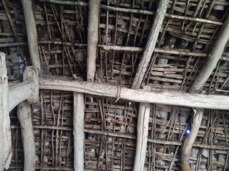 Vecchia annata del soffitto della casa del villaggio immagini stock libere da diritti