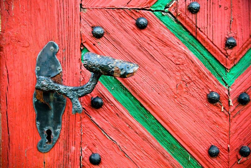 Vecchia annata e maniglia di porta arrugginita sulla porta di legno di vecchio lerciume incrinato fotografie stock