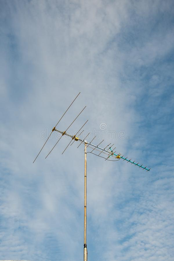 Vecchia antenna di televisioni su cielo blu fotografia stock libera da diritti