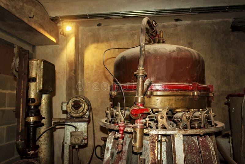 Vecchia attrezzatura d'annata su una fabbrica di birra fotografie stock