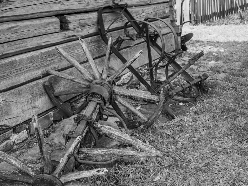 Vecchia attrezzatura dell'azienda agricola nella campagna immagine stock