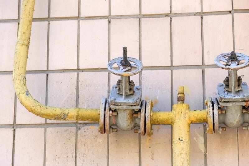 Vecchia attrezzatura della conduttura per assicurare gas naturale fotografie stock