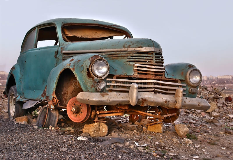 Vecchia automobile abbandonata arrugginita tagliata fotografie stock