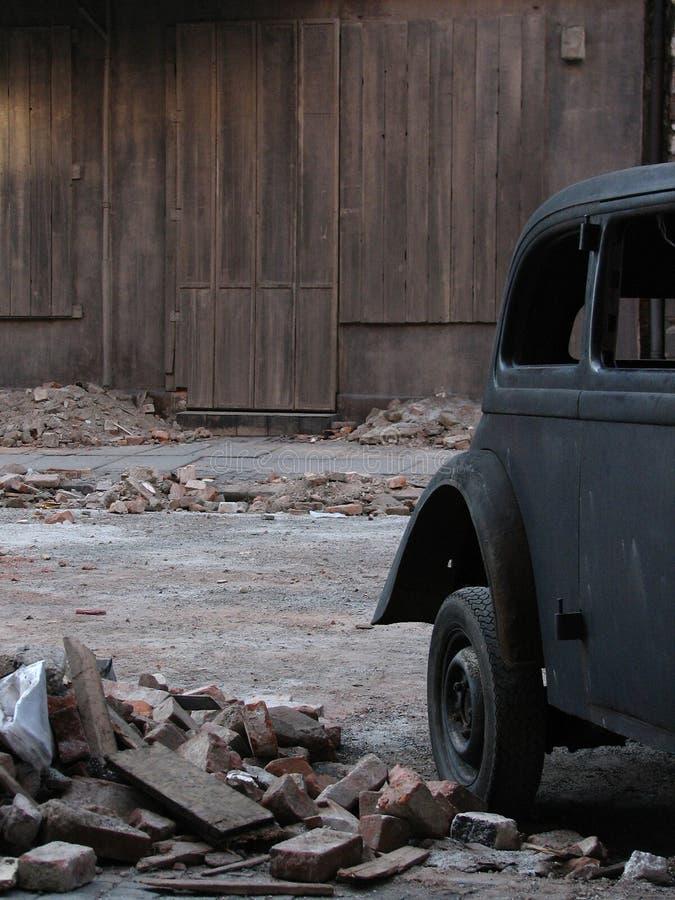 Vecchia automobile al lato della casa dell'annata immagine stock
