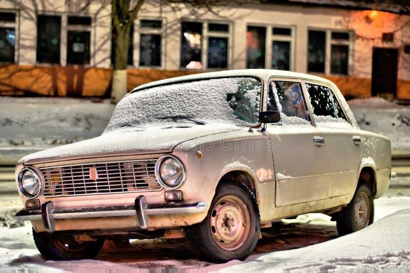 Vecchia automobile alla notte sulla via immagine stock libera da diritti