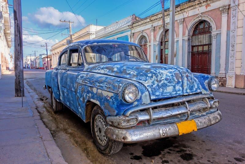 Vecchia automobile americana rattoppata in Cienfuegos, Cuba immagini stock libere da diritti