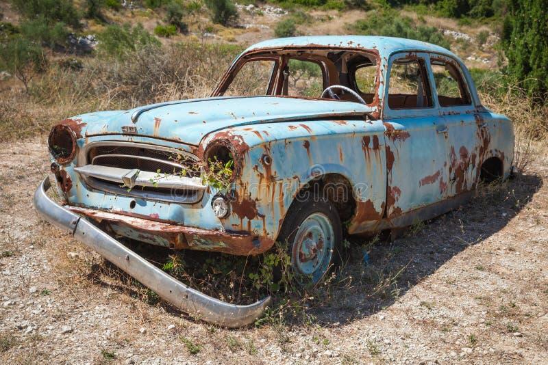 Vecchia automobile arrugginita abbandonata fotografia stock libera da diritti