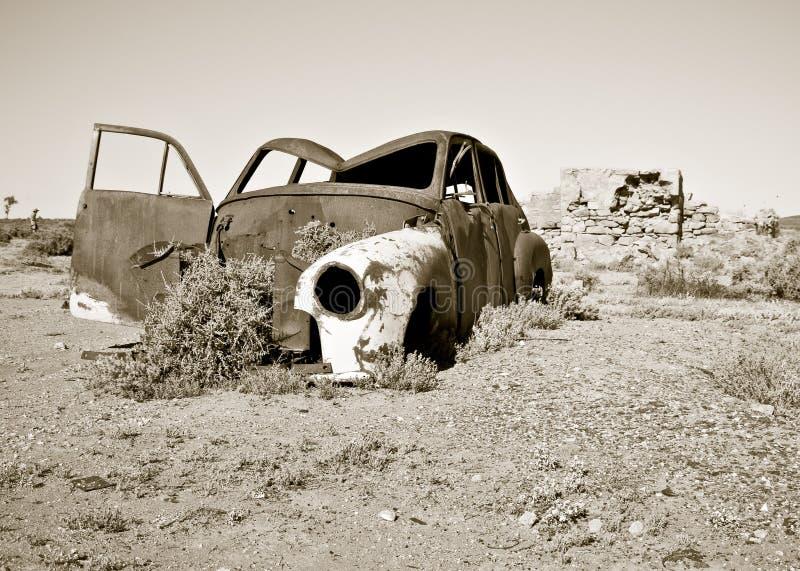 Vecchia automobile arrugginita nel deserto fotografia stock