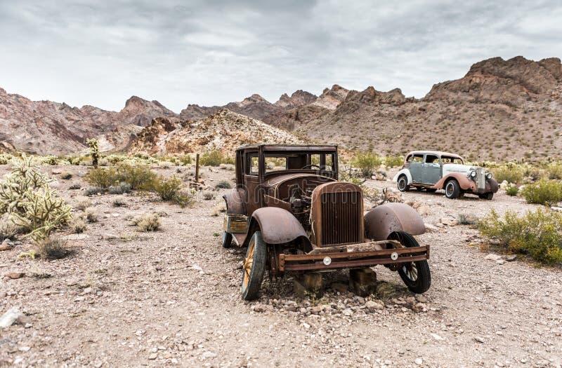 Vecchia automobile arrugginita nella città fantasma di Nelson Nevada fotografie stock libere da diritti