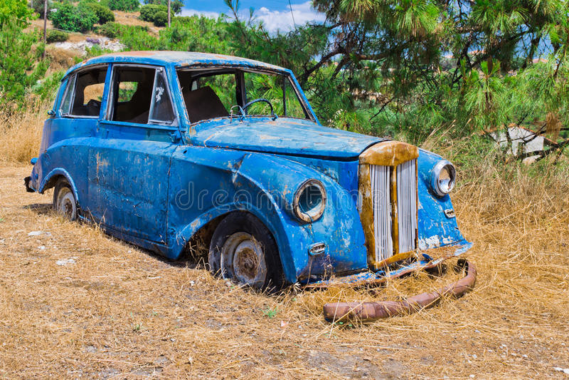 Vecchia automobile blu del relitto fotografia stock libera da diritti