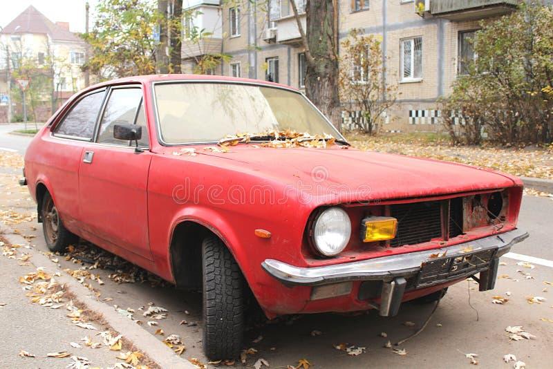 vecchia automobile classica nella città fotografie stock